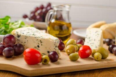 Fototapeta Delicious plísňový sýr s olivami, hrozny a salátem