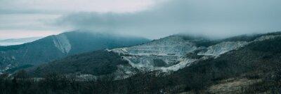 Fototapeta Deštivé mraky nad horským hřebenem