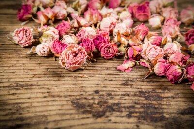 Fototapeta Detailní záběr na sušené růže na dřevěné pozadí