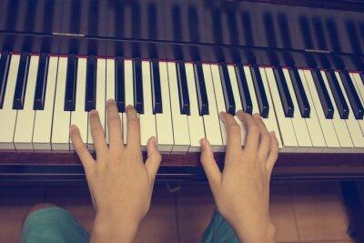 Fototapeta Dívčí ruce na klávesnici klavíru: Vintage filtr
