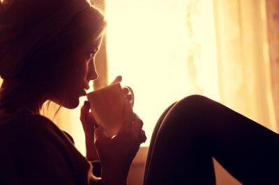 Fototapeta dívka a kávy v dopoledních hodinách