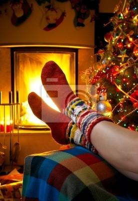 dívka odpočívá v pokoji s hořícím krbem a vánoční tr