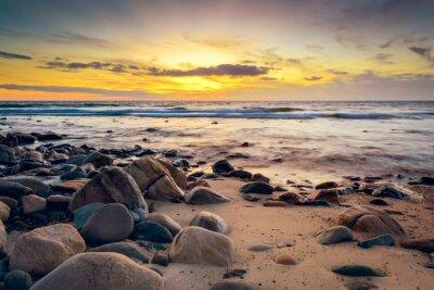 Fototapeta Dramatické slunce na skalnatém pobřeží