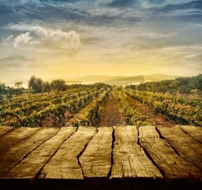 Fototapeta Dřevěný stůl. Jarní design s vinicí a prázdným displejem. Prostor pro montáž. Podzimní sklizeň hrozny