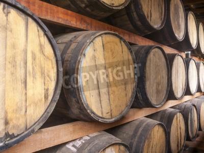 Fototapeta Dubové sudy hromadí pro skladování alkoholických nápojů, jako je víno, whisky, rum, a atd.