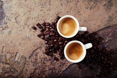 Fototapeta Dva šálky kávy s kávových zrn na kamenné pozadí