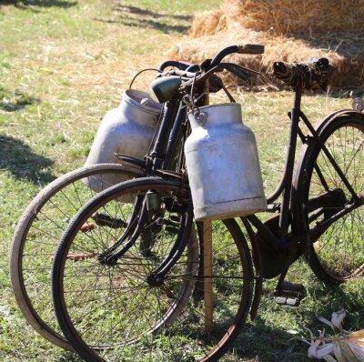 Fototapeta Dva staří rezavé kola pro přepravu mléka do popelnice