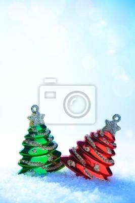 dva vánoční strom na bílém sněhu