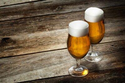 Fototapeta Dvě sklenice piva na dřevěné pozadí s copyspace