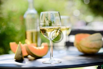 Fototapeta dvě sklenice studeného bílého vína s lahví venkovní v restauraci terase během slunečného letního dne