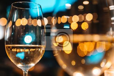 Fototapeta Dvě sklenky vína na stole