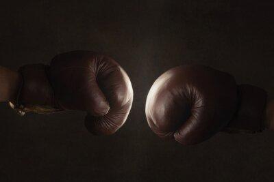 Fototapeta Dvě staré hnědé boxerské rukavice zasáhl společně