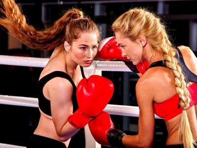 Fototapeta Dvě ženy boxer na sobě červené rukavice boxovat v ringu. Bojová umění.