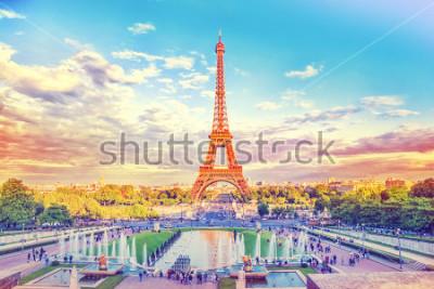 Fototapeta Eiffelova věž a kašna v Jardins du Trocadero, Paříž, Francie. Cestovní pozadí s retro vintage instagramovým filtrem