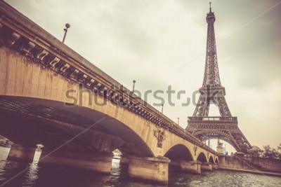 Fototapeta Eiffelova věž a most Jena v zamračený den