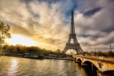 Fototapeta Eiffelova věž s lodí na Seině v Paříži, Francie