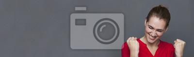 Fototapeta Energická krásná dívka se smíchem za extatické úspěchy, šedá kopie prostor