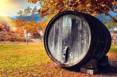 Fototapeta Fall krajiny s starý dřevěný sud