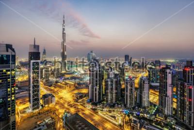 Fototapeta Fantastický letecký pohled na Dubaj, SAE, při západu slunce. Futuristická architektura velkého moderního města v dramatickém světle. Barevné noční panorama. Cestovní pozadí.