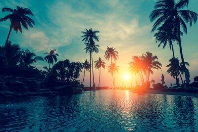 Fototapeta Fantastický západ slunce, palmy tropické pláži.