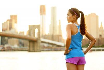 Fototapeta Fitness žena běžec odpočinku po centru chod