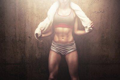 Fototapeta Fitness žena po tréninku tvrdě cvičení drží bílé sportovní ručník