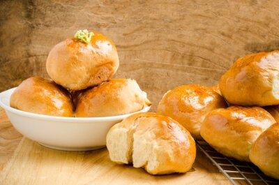 Fototapeta Fresh bun na dřevěném podkladu, domácí pekárna