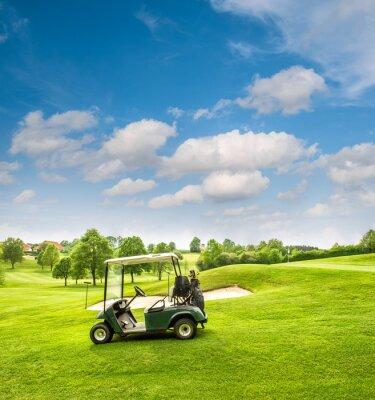 Fototapeta Golf vozík na golfovém hřišti. Zelené louce a přeháňky modrou oblohu