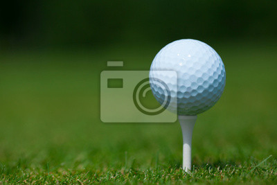 Fototapeta golfový míček na bílé tričko s zelené trávě v pozadí