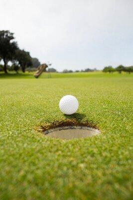 Fototapeta Golfový míček na okraji otvoru