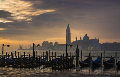 Fototapeta Gondoly od náměstí svatého Marka při východu slunce se San Giorgio di Maggiore kostel v pozadí v Benátky Itálie
