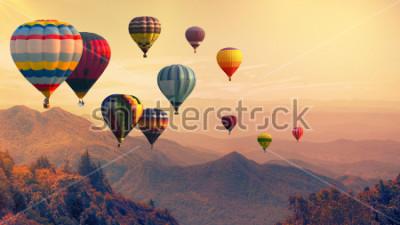 Fototapeta Horkovzdušný balón nad vysokou horu při západu slunce