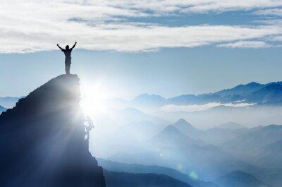 Fototapeta Horolezec na vrchol hory v horách v mlze