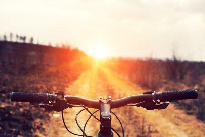 Fototapeta Horská cyklistika kopce dolů sestupně rychle na kole. Pohled z