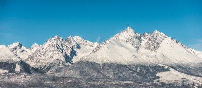 Fototapeta Horská krajina, zasněžené vysoké hory a modrá obloha