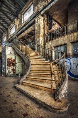 Fototapeta Impozantní schodiště uvnitř haly opuštěné elektrárny