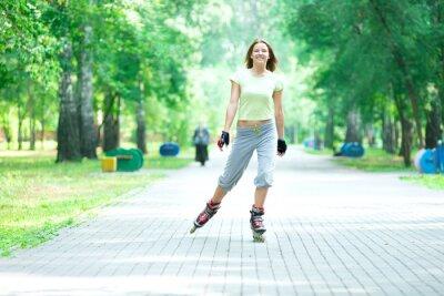 Fototapeta In-line bruslení sportovní dívka v parku na kolečkových bruslích na inline brusle