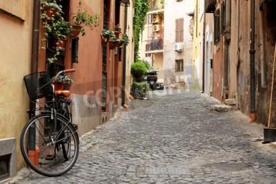 Fototapeta Itálie, ulice s bicyklem a květinami v Římě