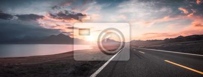 Fototapeta Jezero a silnice při západu slunce