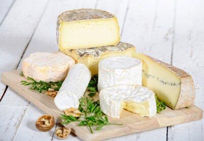 Fototapeta jiný sýr s vlašskými ořechy na bílém dřevěné desce