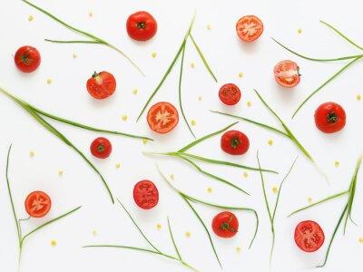 Fototapeta Jíst vzor čerstvých rajčat a zelené cibule. Rostlinné potraviny pozadí. Řezané rajčata na bílém pozadí.
