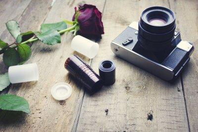 Fototapeta Kamera a růže na stole