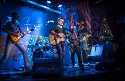 Fototapeta Kapela vystupuje na pódiu, koncert rockové hudby