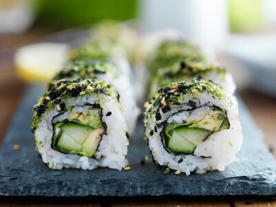 Fototapeta kapusta, avokádo a okurkou sushi