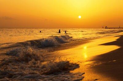 Fototapeta Karibské moře pláž při západu slunce. Tropické pláže v karibském moři, Dominikánská republika. Matka a dcera koupání v moři.