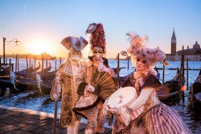 Fototapeta Karnevalové masky proti svítání v Benátkách, Itálie