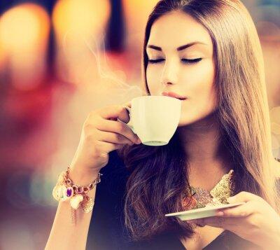 Fototapeta Káva. Krásná dívka pití čaj nebo káva