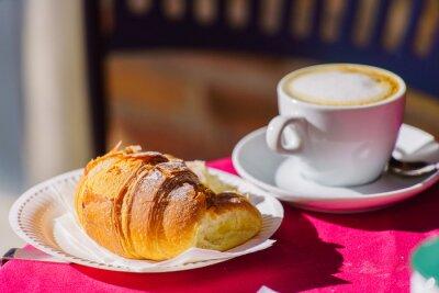 Fototapeta káva s croissantem