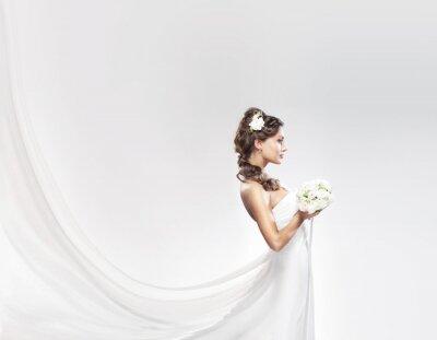 Fototapeta Kavkazský mladá nevěsta pózuje v bílých šatech s květy