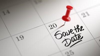 Koncepce obraz kalendář s červeným připínáček. Detailní záběr